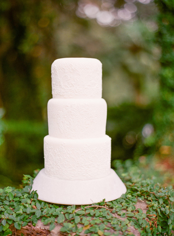 white-lace-simple-wedding-cake-ideas.png
