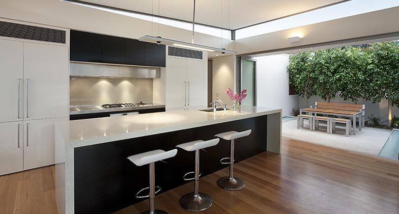 Comptoir de cuisine blanc avec plancher bois