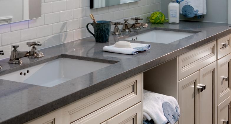 Comptoir de salle de bain avec évier sous plan de quartz