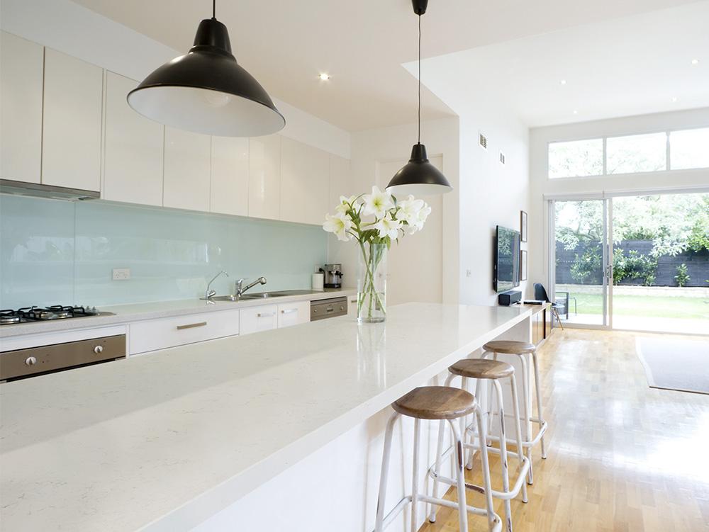 Quartz ou granite: lequel sera l'élu pour votre prochain comptoir de cuisine?