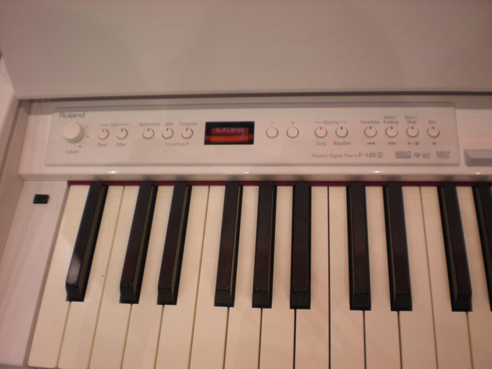 Roland_F-120R_piano_clavier_1.JPG