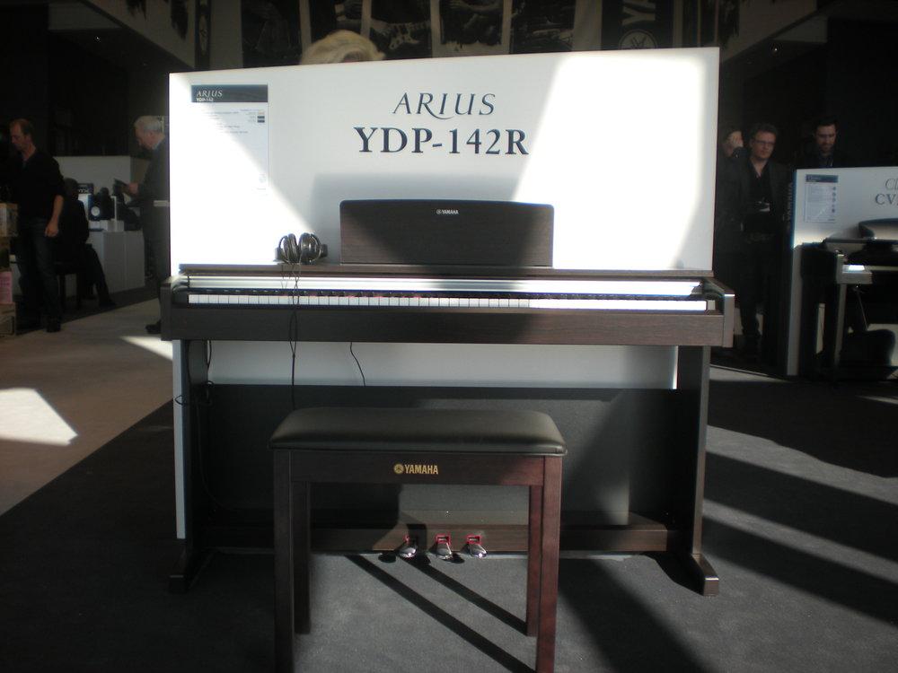 Yamaha_Arius_YDP-142_en_face.JPG