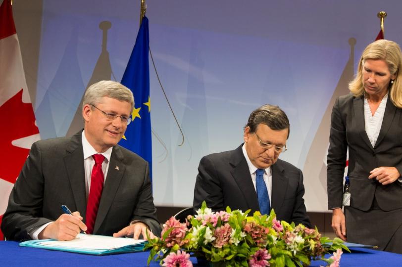 Prime Minister Harper Signs CETA with European Commission President Barroso.www.pm.gc.ca