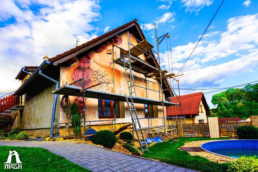 Arek-Art---Stay-STrong-Girl---Mural.jpg