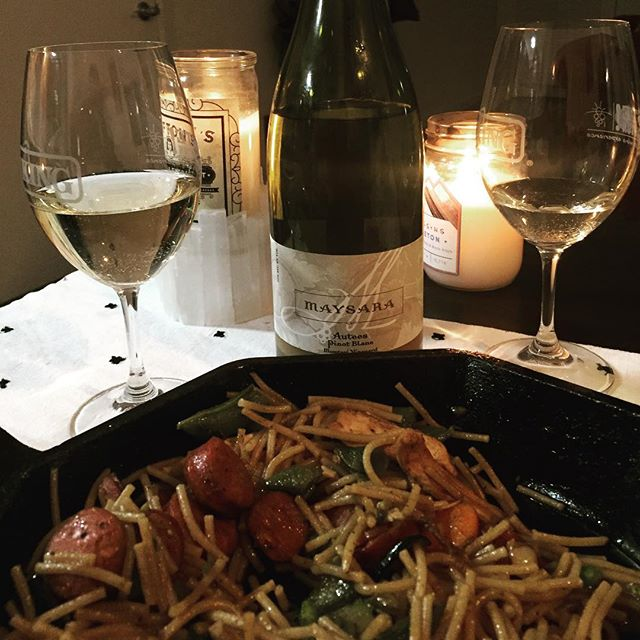 We were feeling like a fancy night in tonight and cooked up some fideos with Spanish sausage in @finexcookware, paired with a bottle of @maysarawinery Autees! ¡Que sabroso!