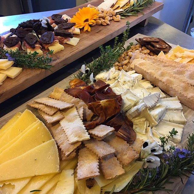 In a last minute scramble @scraphound.studio stepped in for the chief monger on #cheeseboard duty. 'Twas a tense couple hours but it all came together 🧀😍We love creating #edibleart for @sonomalandtrust, they are doing incredible things to protect our beautiful ranches and open spaces! 😃🌳 #cheeeeese . . . #cheesemonger #cheeseshop #esterogold #gouda #marconaalmonds #calendula #humboldtfog  #sonomacounty