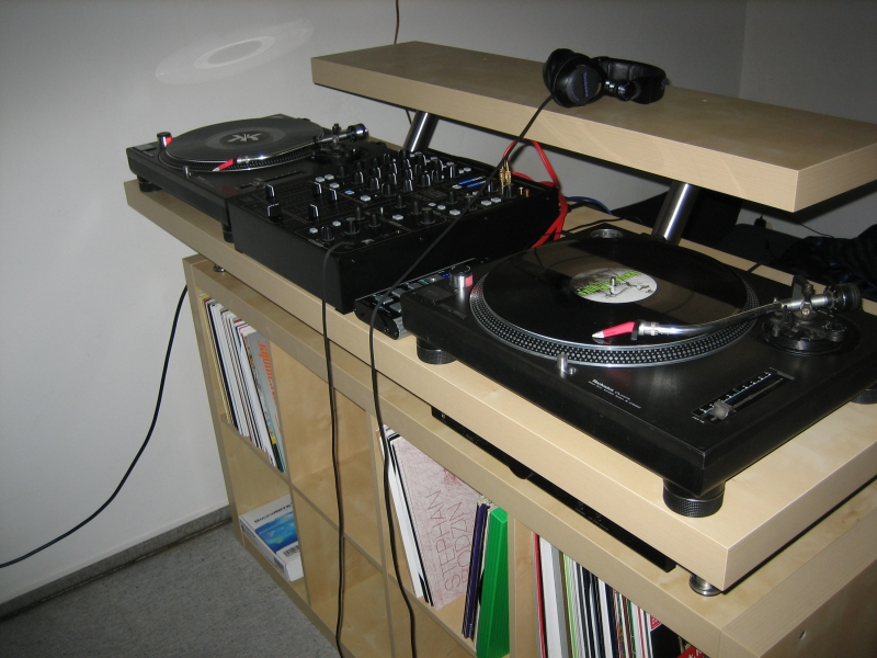dj-desk-vika-amon-tabletop-2.jpg