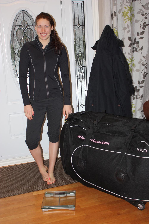 Ouin! Ma valise est très lourde! Tout est entré finalement; vélo, souliers, vêtements pour les trois sports et pour deux semaines.