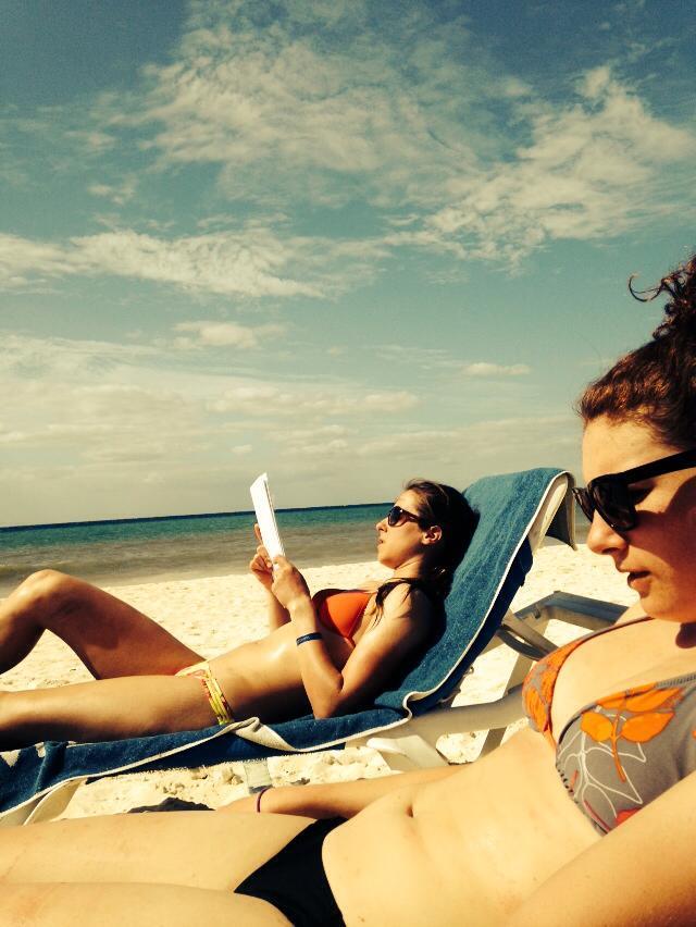 Ensuite, on revient à  la plage et nous devons étudier puisque nous avons des examens à notre retour!