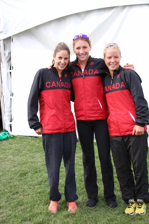 L'équipe canadienne junior féminin; Kirsten Vergara et Émy Legault m'entourant.