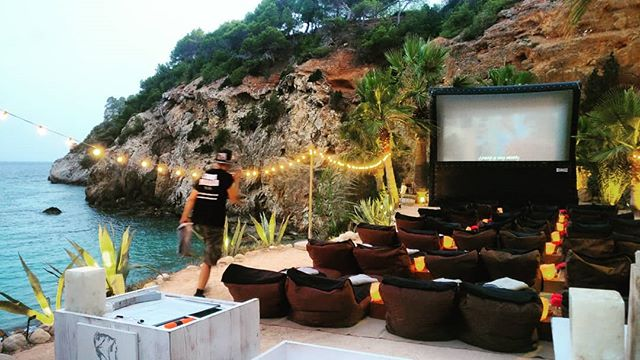Open air cinema by the sea with free cava and popcorn? Well played Ibiza. You win this round. 🏖️🍾🍿🎟️🎬😎👏👏👏 . . . . #ibiza #beach #cinema #travel