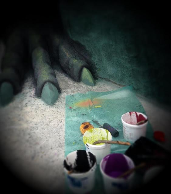 Målning av drakens fötter.