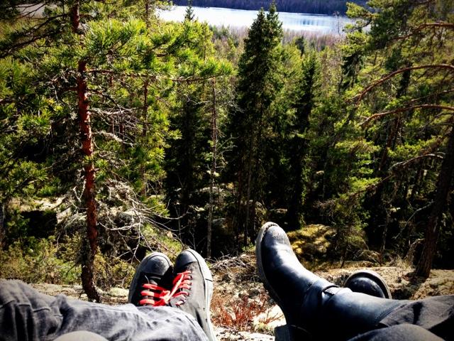 Petra och Fredrik njuter av naturen vid Vettberget i Jättendal.