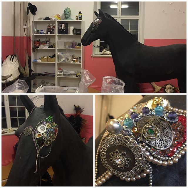 Today I've started working on an art project that I've been wanting to do for a long time.  Five years ago I bought this real life size horse and I had an idea to create artwork of it. Well, it took me some years to figure out what It should become, and I have decided to decorate it entirely with loads of bling bling! 💫 This project is for sure gonna use a lot of bling bling so if you got some you don't need anymore, feel free to send it to me to help me out with this crazy horse 😝#art #artist #horse #arthorse #sculpture #jewlery #blingbling