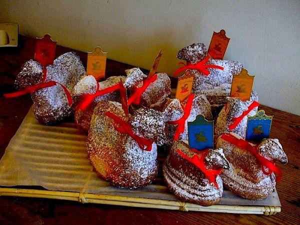 Traditional  Oschterlammele  or  Lamma-la  in a baker's window