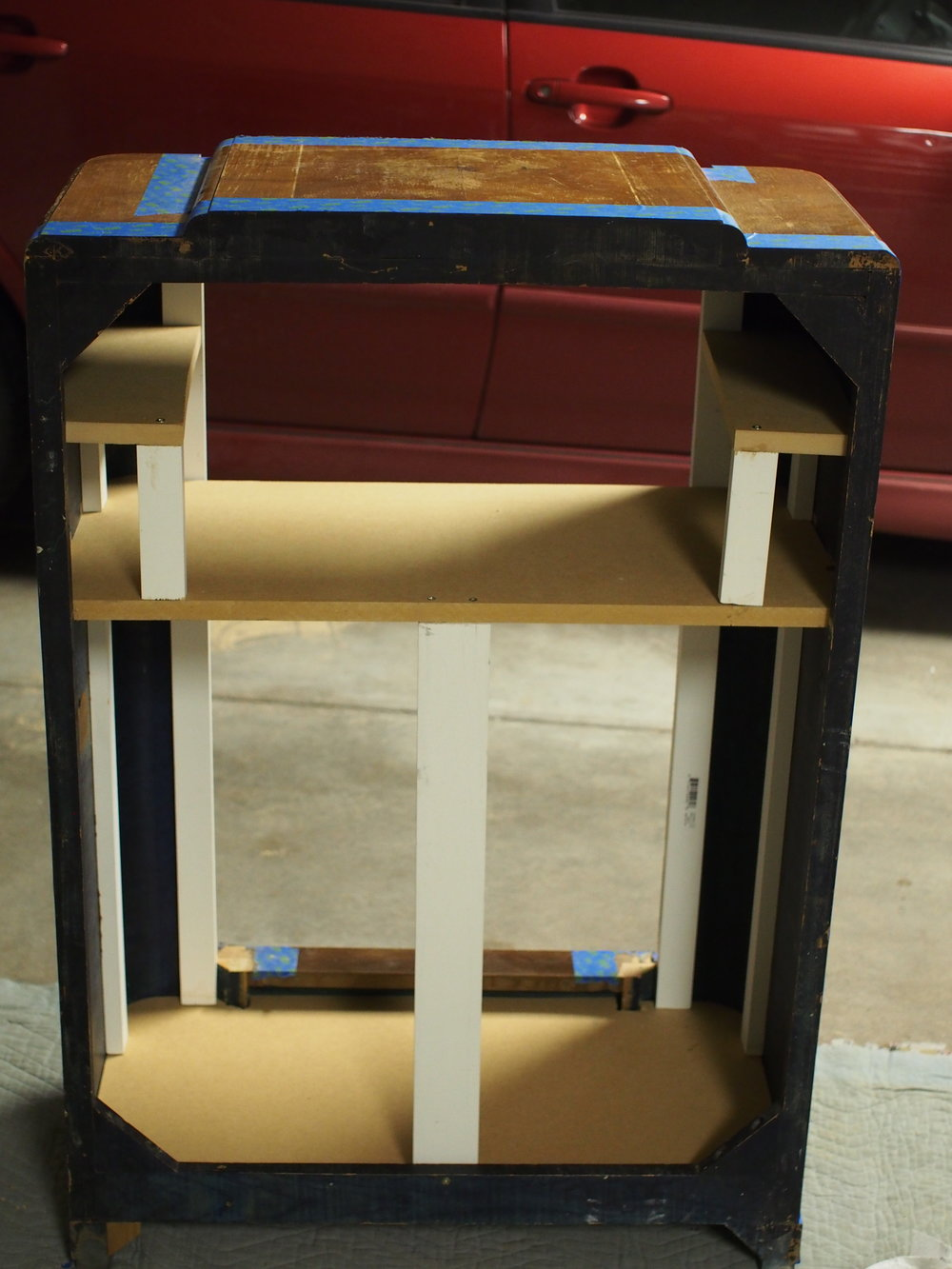 Little shelves, and a center support to prevent sagging