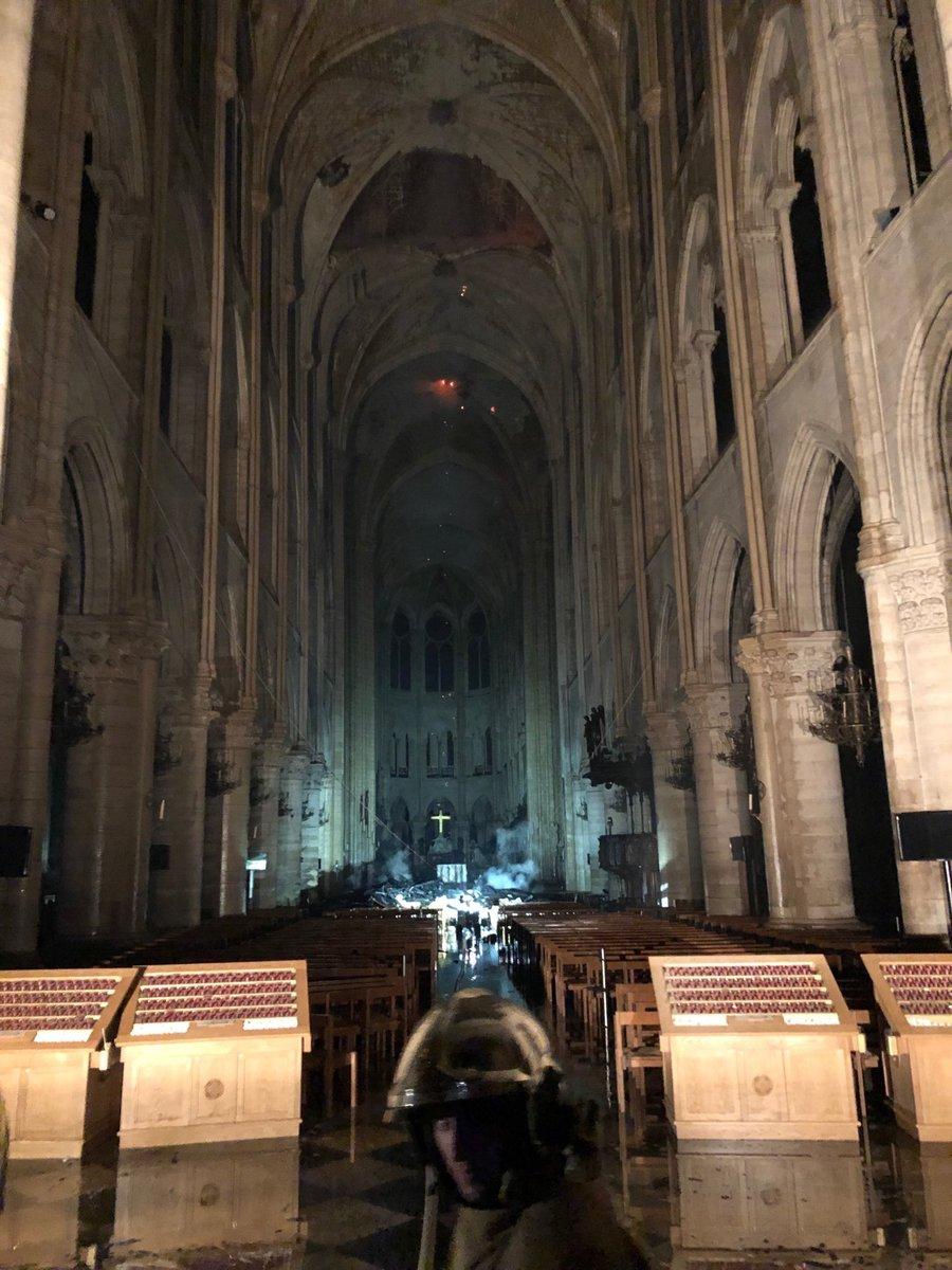 Pierre Téqui  @Pierretequi   Photo de l'intérieur de  #NotreDame  La voûte du transept s'est effondrée