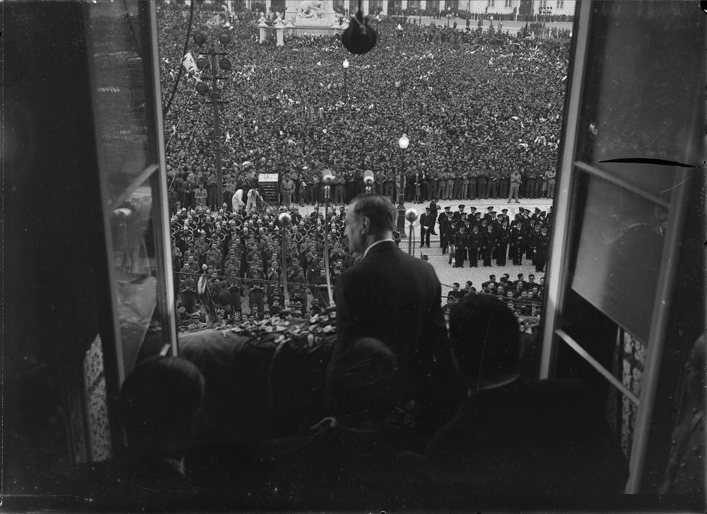 "On May 19, 1945, popular exuberance over the defeat of German fascism was funneled into a huge demonstration, ostensibly in support of Salazar's ""politics of peace."" Here, Salazar observes the crowd.   Photo: Horácio Novais,  1945, Lisbon   Biblioteca de Arte da Fundação Calouste Gulbenkian [CFT164_00793]"
