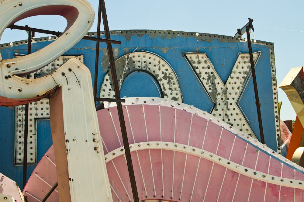 neon sign boneyard museum lune vintage 5 (1000x664).jpg