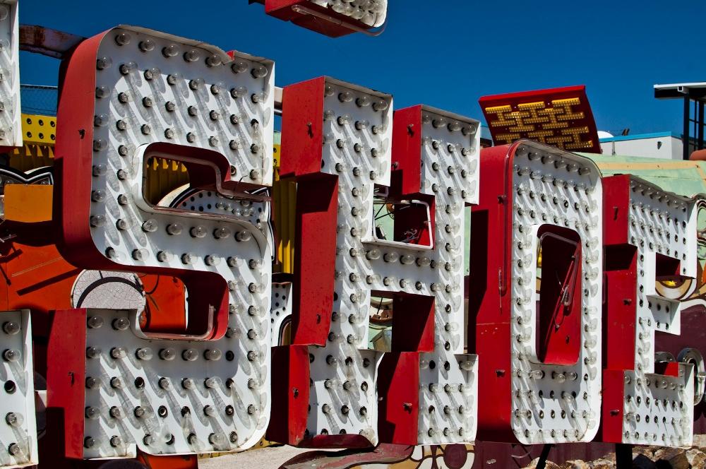 neon sign boneyard museum lune vintage 6 (1000x664).jpg