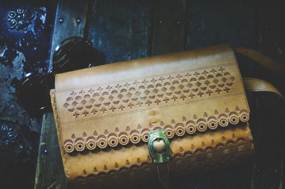 vintage floral tooled leather purse lune vintage (1024x680).jpg