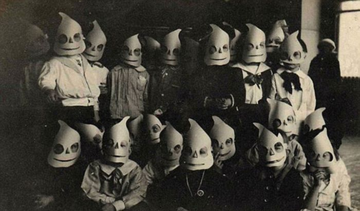 creepy_vintage_halloween_costumes_06.jpg