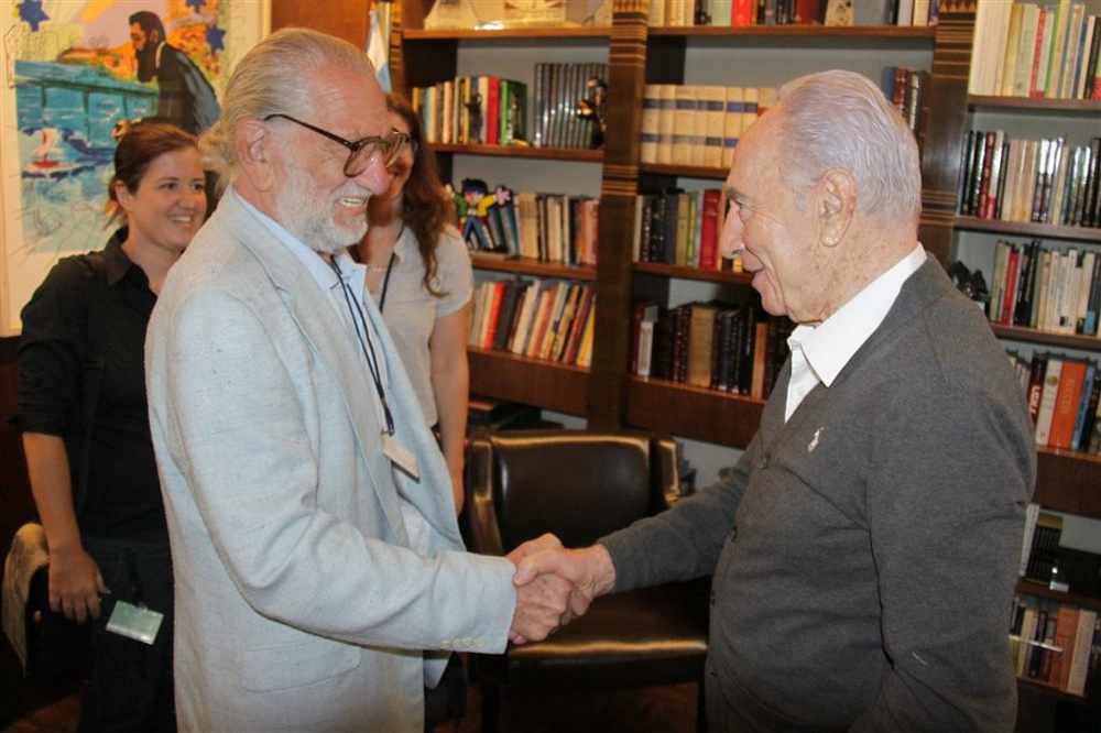 Click photo to download. Caption: Legendary comic book artist Joe Kubert meets President Shimon Peres at the Israeli Cartoon Museum Aug. 17. Credit: Yosef Avi Yair Engel.