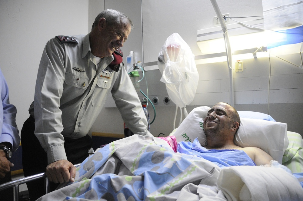 Click photo to download. Caption: Chief of Staff of the Israel Defense Forces Benny Gantz meets with IDF Captain Ziv Shilon in the hospital. Credit: Ziv Shilon.