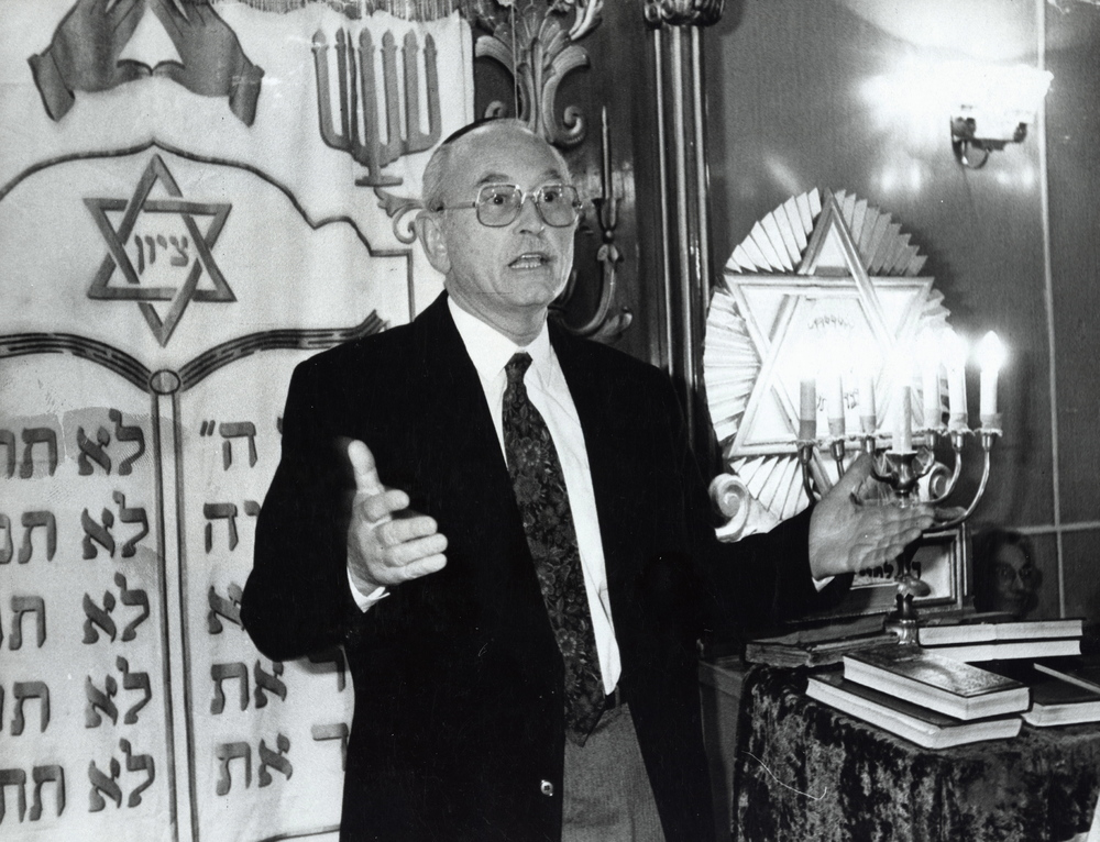 Click photo to download. Caption: Stanley Abramovitch speaks at a  Synagogue in Baku, Azerbaijan, in 1993. Credit: JDC.