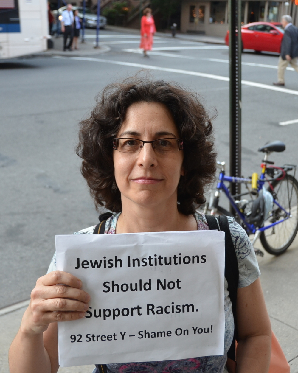 Click photo to download. Caption: Lannie Grauman protested the appearance of Alice Walker outside the 92nd Street Y in New York City on May 30. Credit: Maxine Dovere.