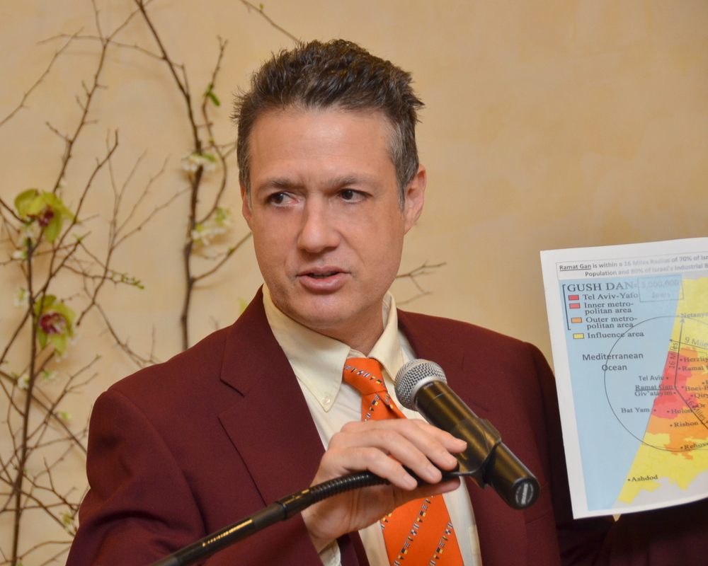 Click photo to download. Caption: Mark Langfan presents on his Middle East maps. Credit: Maxine Dovere.