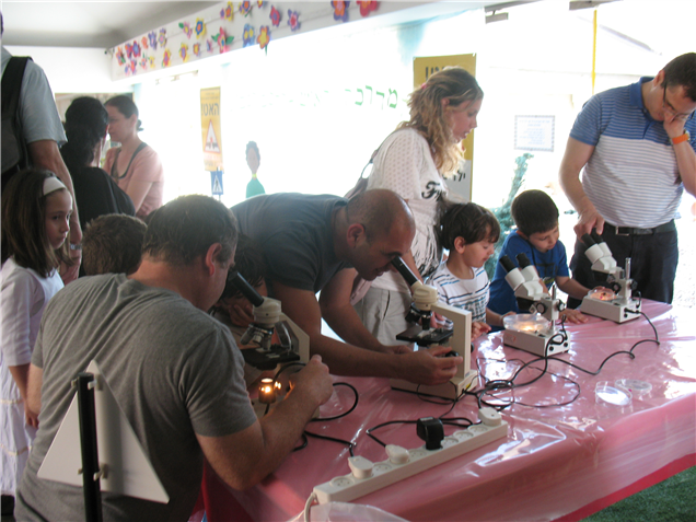 Click photo to download. Caption: Israeli scientists are cultivated at young ages by Technoda, whose educational programming is pictured here. Credit: Technoda.