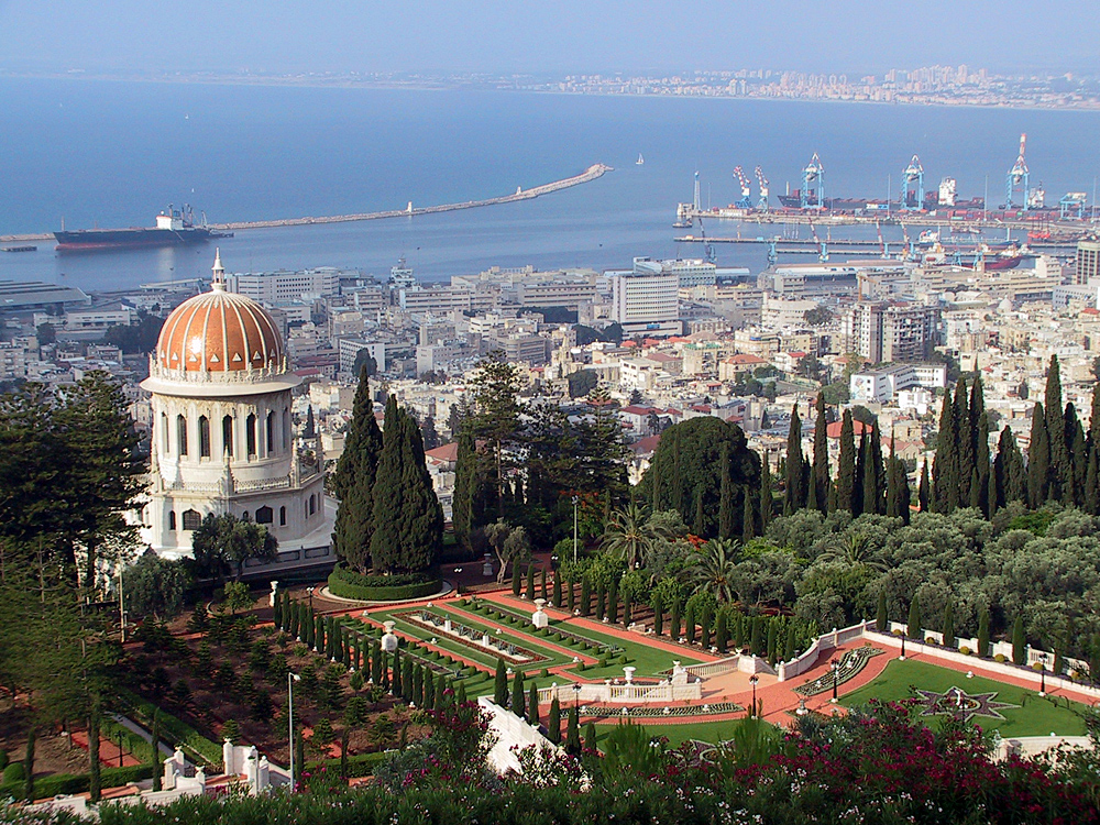The Haifa port and the Bahá'í shrine and gardens. Credit: Wikimedia Commons.