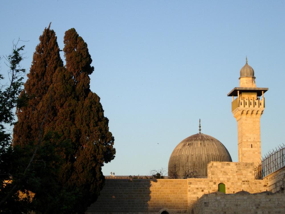 """The Al-Aqsa Mosque. Jews will not """"contaminate"""" Al-Aqsa and the Temple Mount, said Arab Knesset member Ahmad Tibi (Ra'am Ta'al). Credit: Wilson44691 via Wikimedia Commons."""