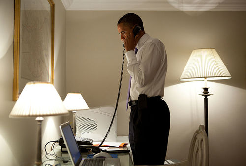800px-Barack_Obama_on_the_phone_in_Dublin.jpg