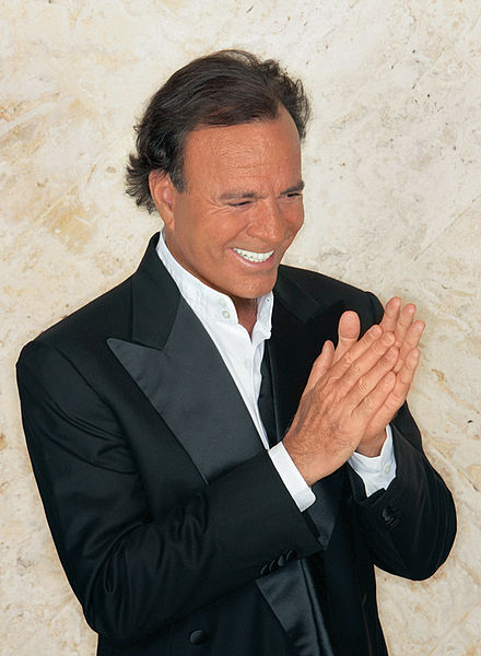 Spanish singer Julio Iglesias will perform in Israel on his tour next year. Credit: Wikimedia Commons.