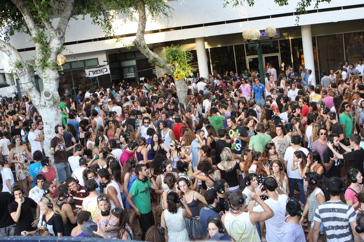 A crowd in Tel Aviv. The Israeli population surpassed 8 million in 2013. Credit: Wikimedia Commons.
