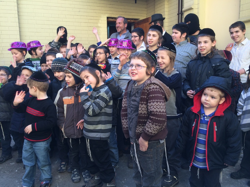 IFCJ's Rabbi Yechiel Eckstein with Jewish students in Ukraine. Credit: IFCJ/Eva Geller