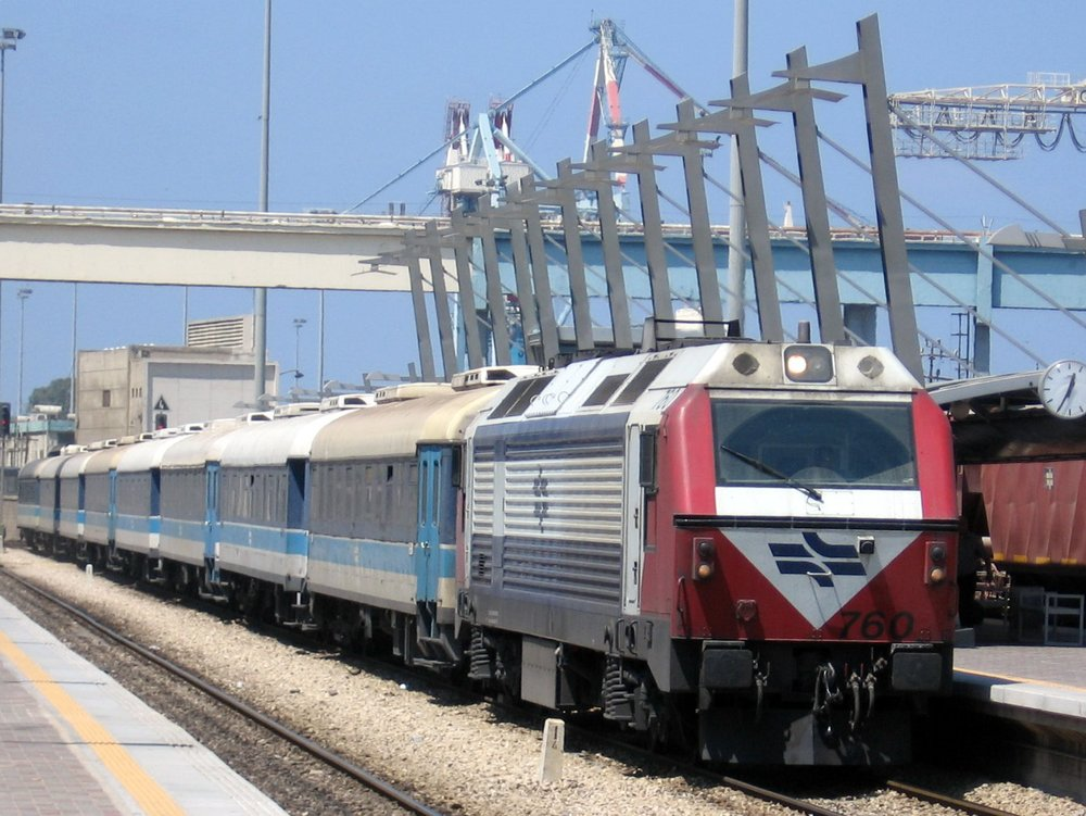 An Israel Railways train at the Haifa Merkaz Hashmona Station. Credit: Golf Bravo via Wikimedia Commons.