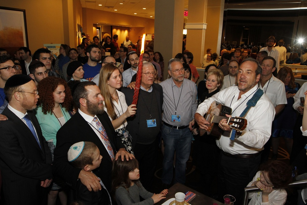 Rabbi Yechiel Eckstein (with guitar), president of the International Fellowship of Christians and Jews, conducts a Havdalah ceremony on March 29 at the Limmud FSU conference in Parsippany, NJ. Credit: Yossi Aloni.