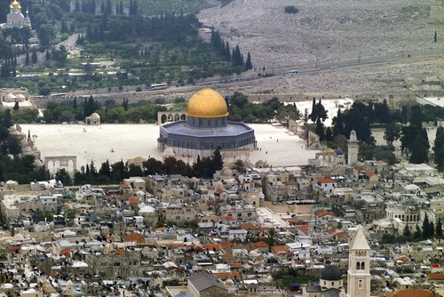 A Jewish man who tried to ascend the Temple Mount on Tuesday was beaten by a Waqf Muslim Authority official. Credit: Wikimedia Commons.