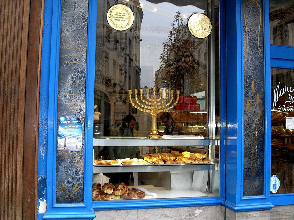 A Jewish bakery in the Jewish quarter of Paris. A French-Jewish teenager was attacked with a taser gun in Paris on Tuesday. Credit: Wikimedia Commons.