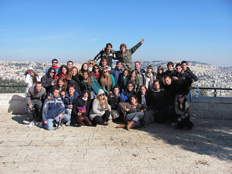 A Taglit-Birthright group. The trip program celebrated its 400,000th participant in a festive ceremony at the Caesarea Amphitheater Tuesday. Credit: Wikimedia Commons.
