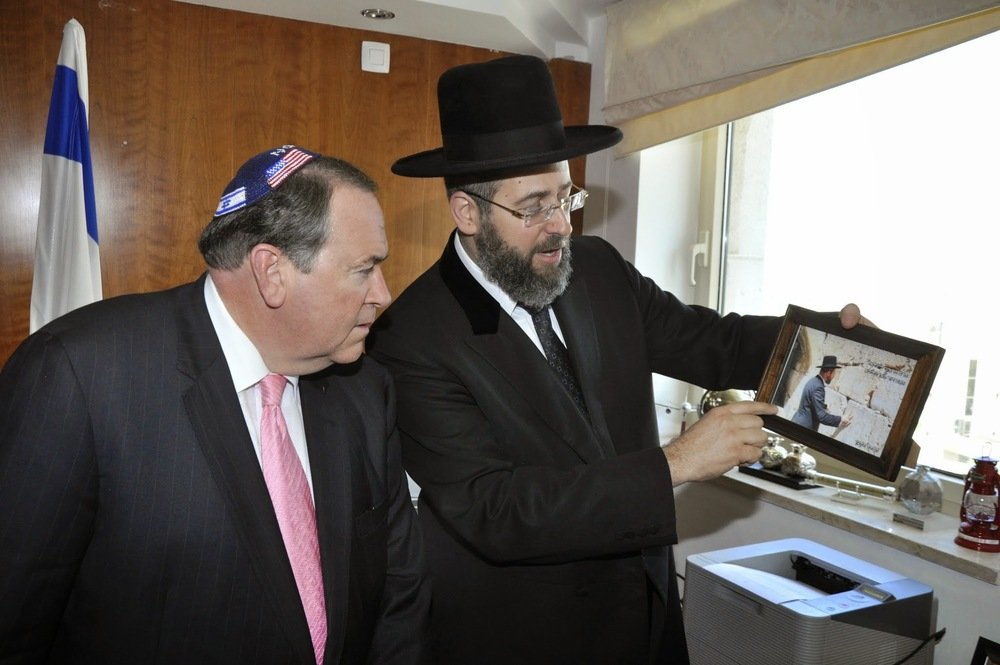 Ashkenazi Chief Rabbi of Israel David Lau shares a personal story with media personality and former Arkansas governor Mike Huckabee, who donned a patriotic kippah for the occasion on June 23, 2014. Credit: Itsik Nisim.