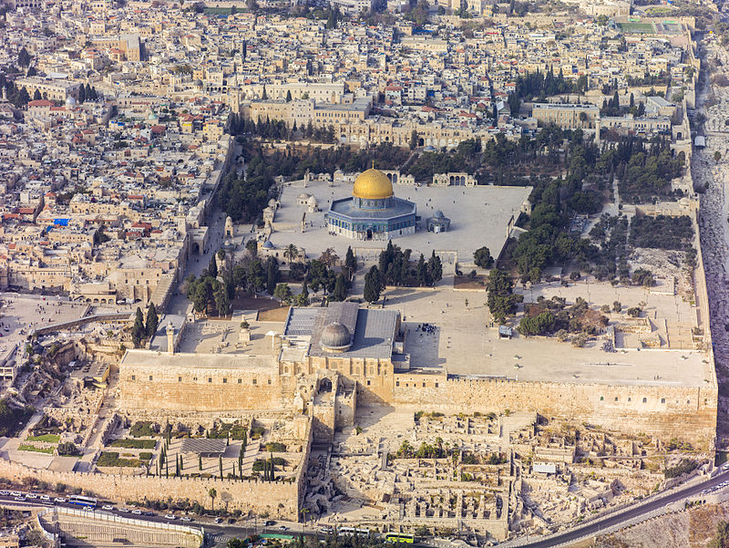 Violent rioters have clashed with Israeli police on the Temple Mount (aerial view pictured) since the weekend. Credit: Wikimedia Commons.