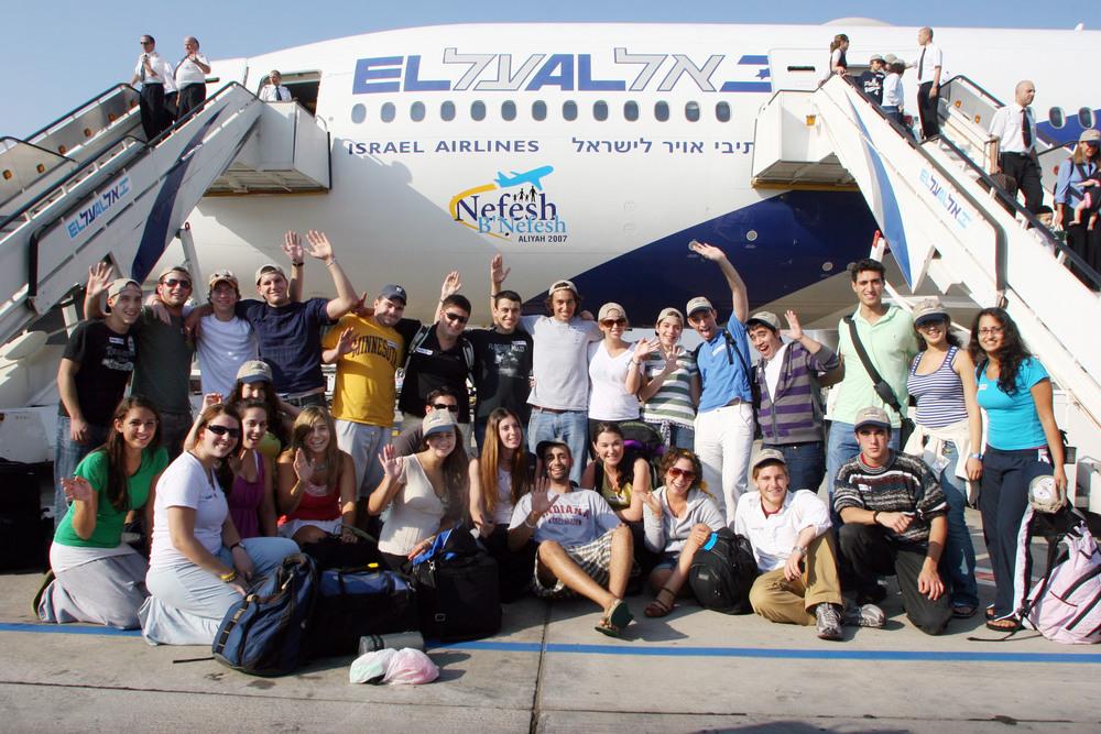 A December 2007 Nefesh B'Nefesh charter flight from North America. Credit: Wikimedia Commons.