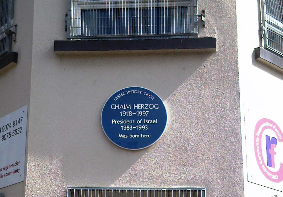 The blue plaque marking the birth home of former Israeli President Chaim Herzog in Belfast that was taken down over anti-Semitic concerns. Credit: Wikimedia Commons.