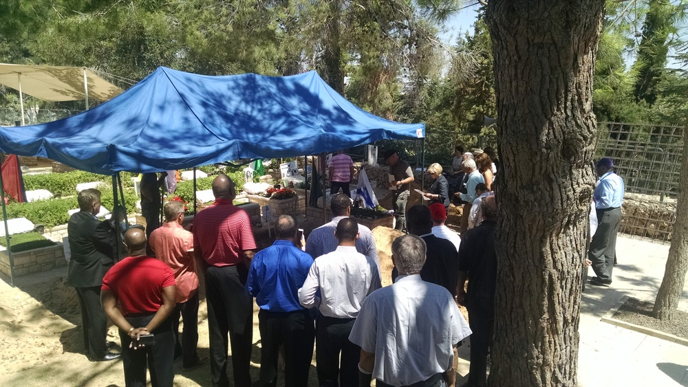 A crowd gathers around fallen soldier Max Steinberg's grave on Mt. Herzl. Credit: Sean Savage.