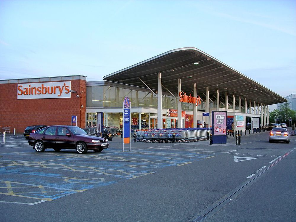 A branch of the British supermarket chain Sainsbury's (different branch pictured) apologized for removing kosher products from its shelves out of fear of anti-Israel looting. Credit: Wikimedia Commons.