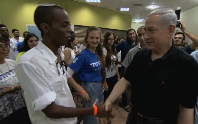 Prime Minister Benjamin Netanyahu meets Sderot teens on Monday. Credit: GPO.
